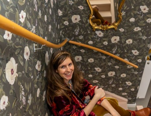 Een lambrisering behangen in het trapgat